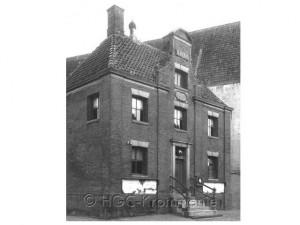 Beschrijving: Gemeentehuis Zuiderhoofdstraat. Gefotografeerd in 1901.  Het gemeente of rechtshuis werd in 1706 gebouwd.