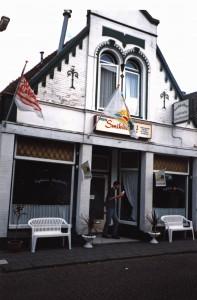 Snackbar Smikkelhof, Noorderhoofdstraat. Foto is van ca. 1995. Pand is inmiddels gesloopt voor nieuwbouw appartementen schuin tegenover de Noorderapotheek.